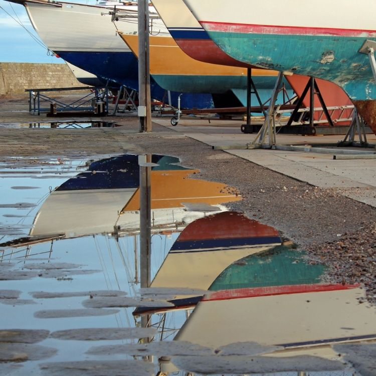 Réparation coque de bateau : epoxy ou polyester ?