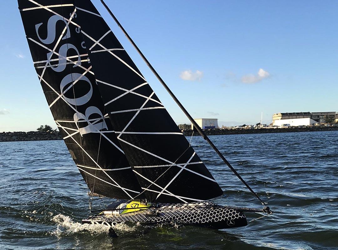 Le carbone mis en avant avec ce voilier de course miniature